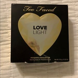 Too faced LOVE LIGHT prismatic highlighter -